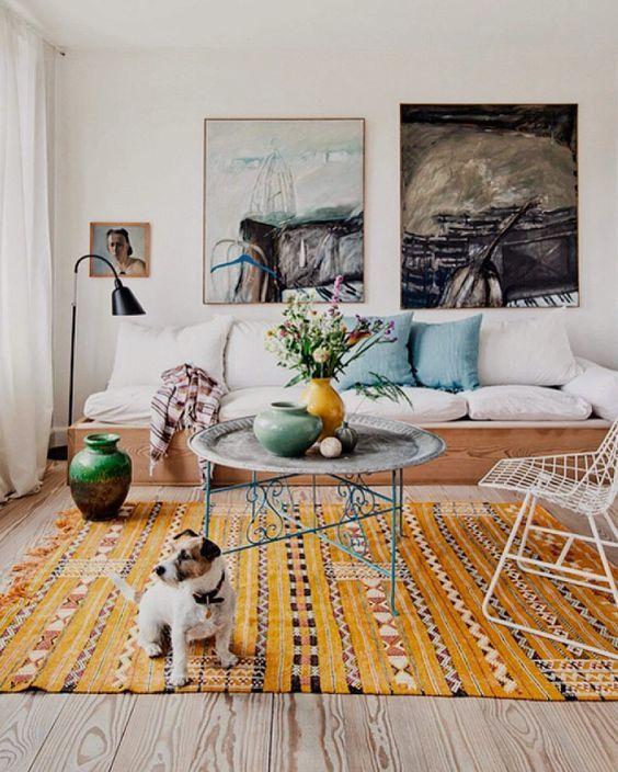 Sala com tapete boho chic amarelo e estampado