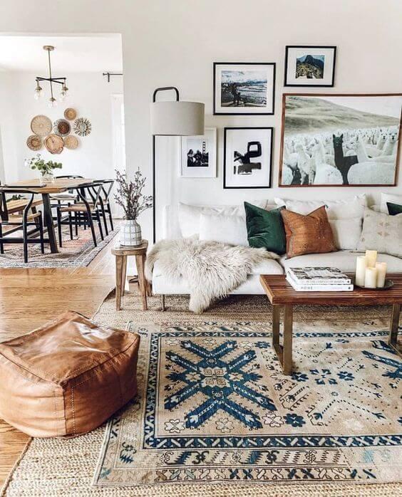 Sala estilo boho com almofada e tapete combinando