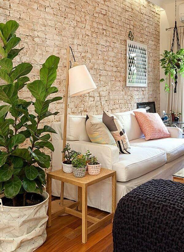 Sala de estar com papel de parede de tijolinho