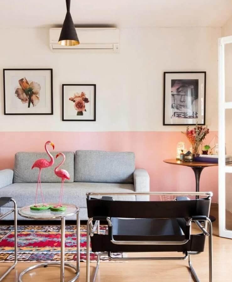 sala de estar decorada com parede cor rosa claro e sofá cinza Foto Histórias de Casa