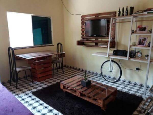 Sala de estar simples com painel para tv de palete