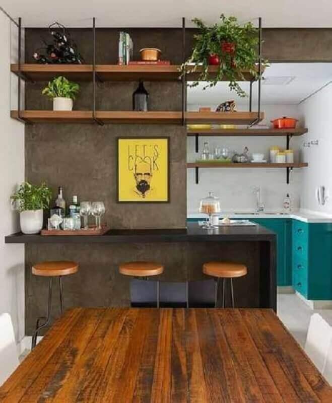 sala de jantar com cozinha integrada decorada com prateleira industrial suspensa Foto Pinterest