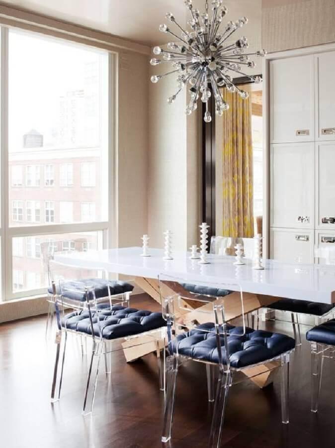 sala de jantar com lustre moderno e mesa com cadeiras transparentes Foto Pinterest