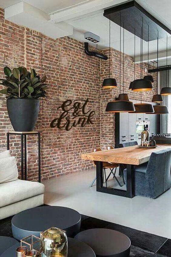 A sala de jantar industrial fica linda com o tijolinho a vista rustico e lustres pretos