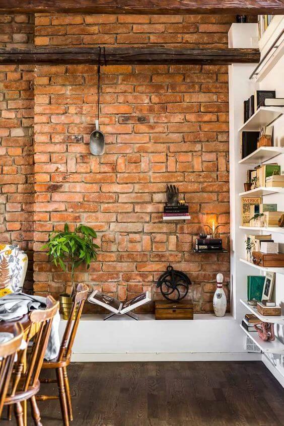 Sala de jantar com papel de parede de tijolinho a vista