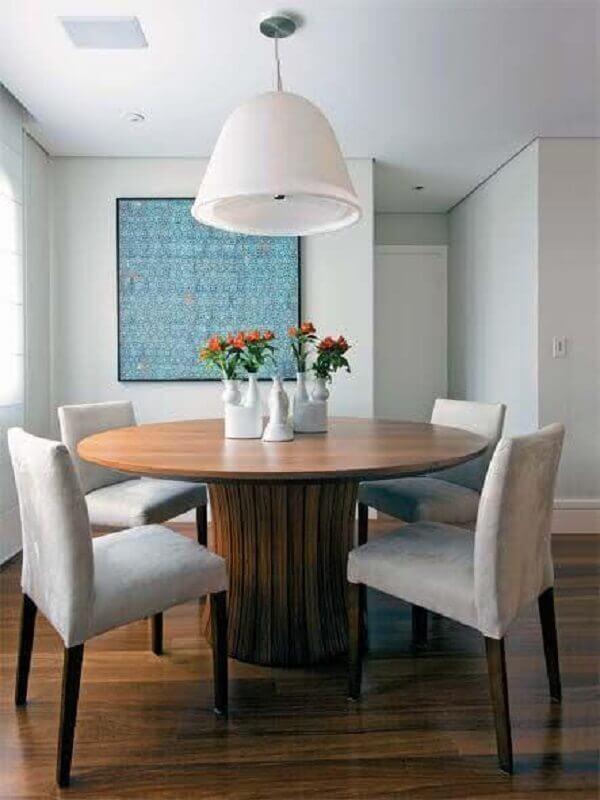 sala de jantar decorada com lustre pendente grande e mesa de jantar redonda de madeira Foto Pinterest