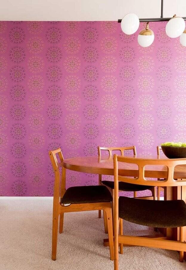 sala de jantar decorada com papel de parede cor de rosa e mesa de madeira Foto Ideias Decor