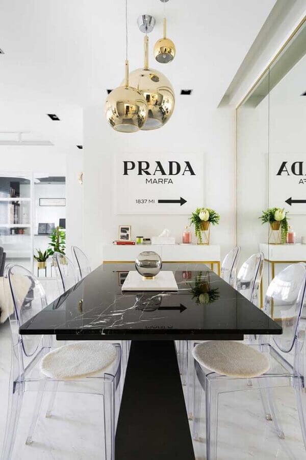 sala de jantar moderna com cadeira transparente e mesa preta Foto Best Home Design