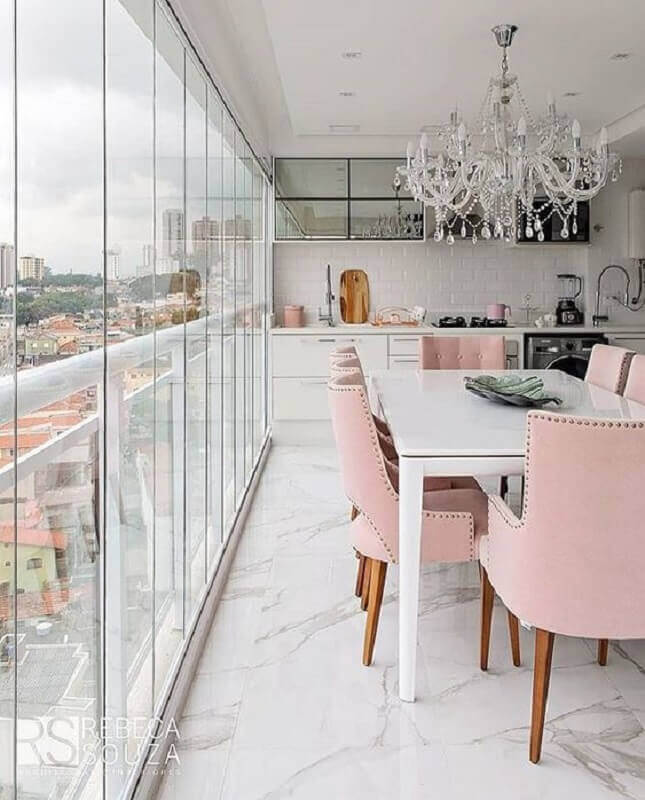 sala de jantar sofisticada decorada com lustre de cristal e cadeira cor rosa claro Foto Pinterest