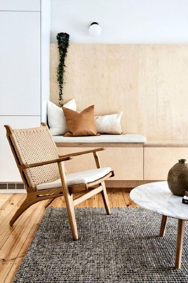sala decorada com tapete cinza e poltrona decorativa de madeira Foto Room & Board