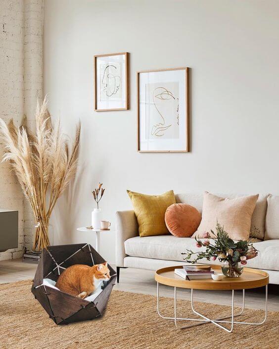 Sofá neutro com almofadas coloridas