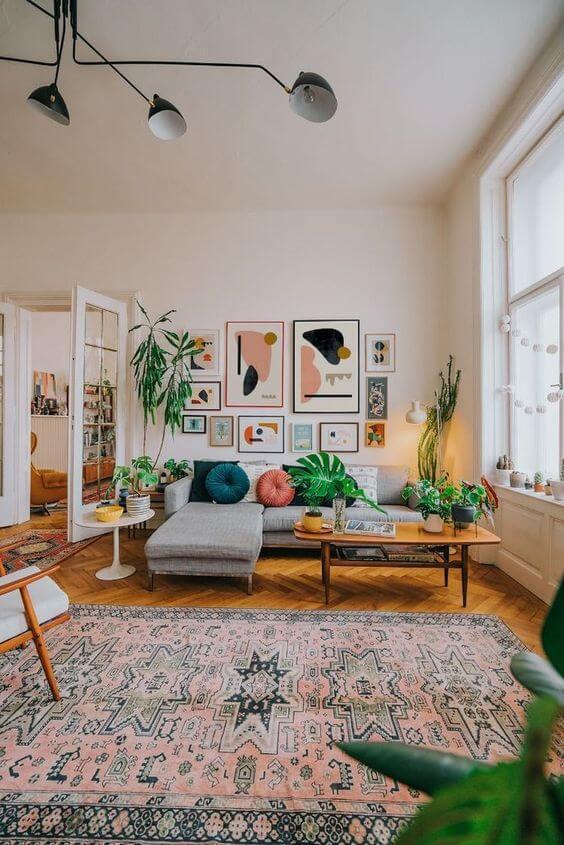 Sala estilo boho chic com sofá cinza