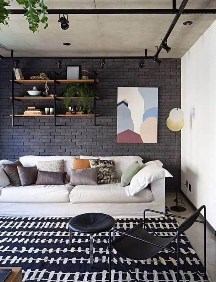 sala moderna decorada com parede de tijolinho preta e prateleira industrial parede Foto Mandril Arquitetura