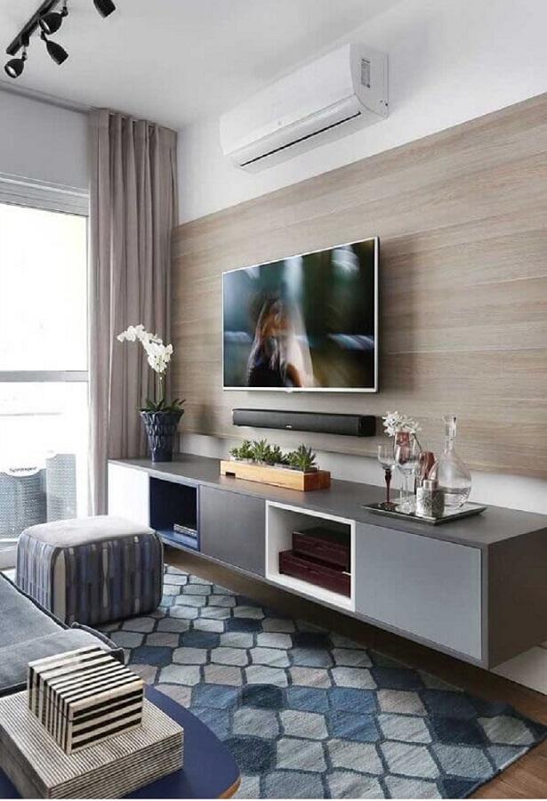sala pequena e moderna decorada com rack com painel suspenso Foto Pinterest