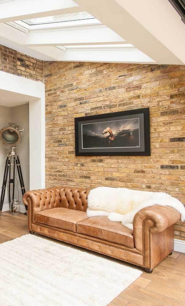 Sala rústica com sofá chesterfield couro