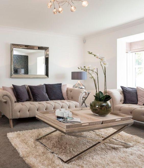 Sofá chesterfield na sala de estar com mesa de centro moderna