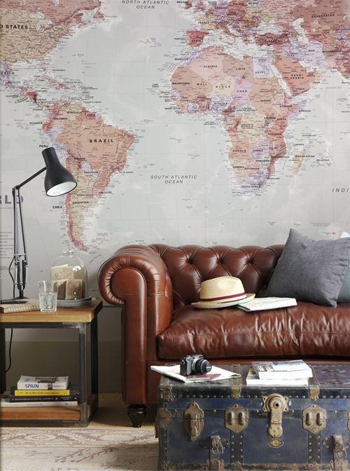Sofá de couro com papel de parede combinando