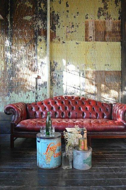 Sofá chesterfield de couro vermelho na sala de estar estilo industrial