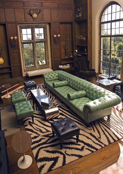 Sofá verde com puffs e mesa de centro combinando