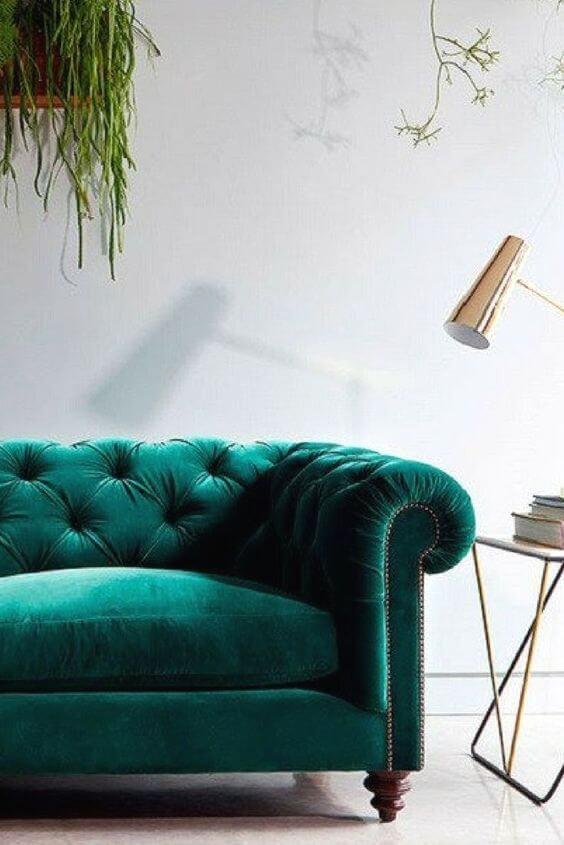 Sofá de veludo confortável na casa moderna