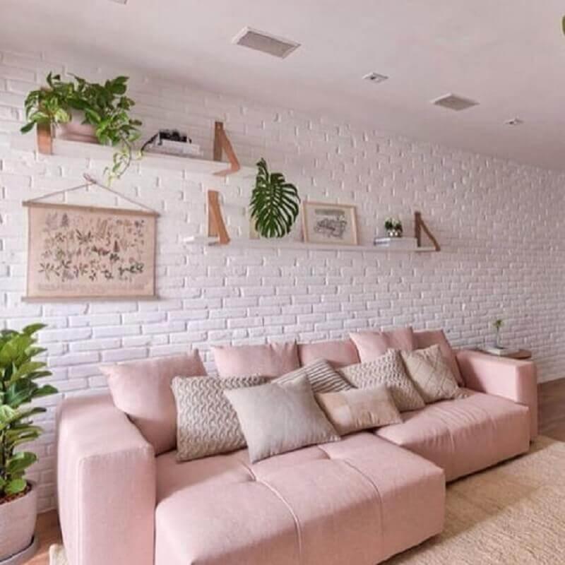 sofá cor de rosa claro para decoração de sala com parede de tijolinho branca Foto Pinterest