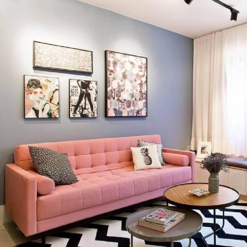 sofá cor de rosa para sala com parede azul clara e tapete chevron preto e branco Foto Pinterest