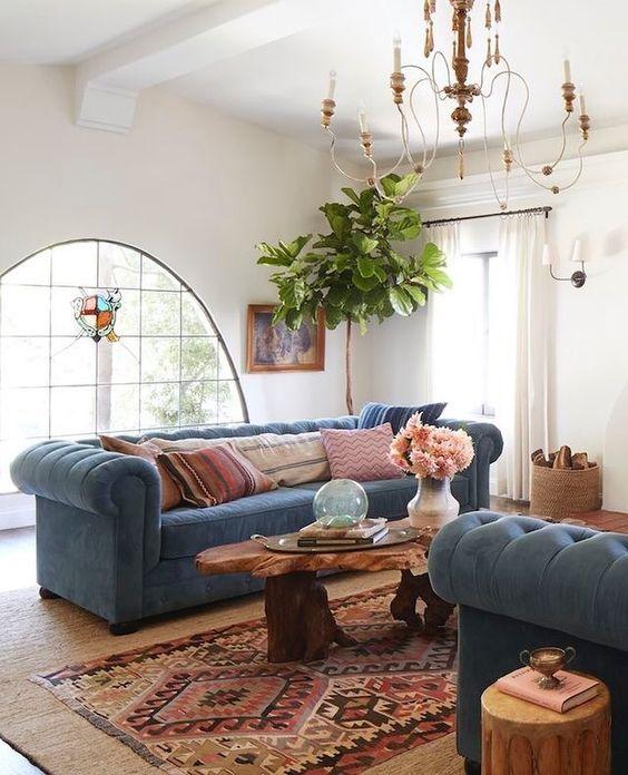 Sala com sofá azul e almofadas cor de rosa