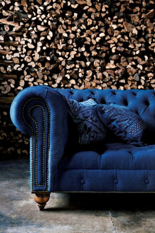 Sofá azul na sala moderna