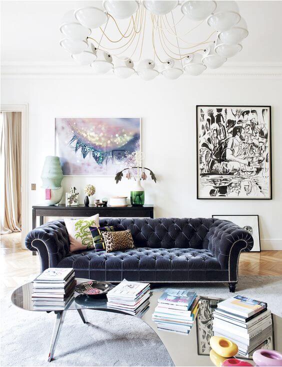 Sofá chesterfiel azul marinho na sala moderna