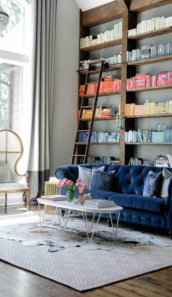 Sofá azul e confortável para sala moderna e colorida