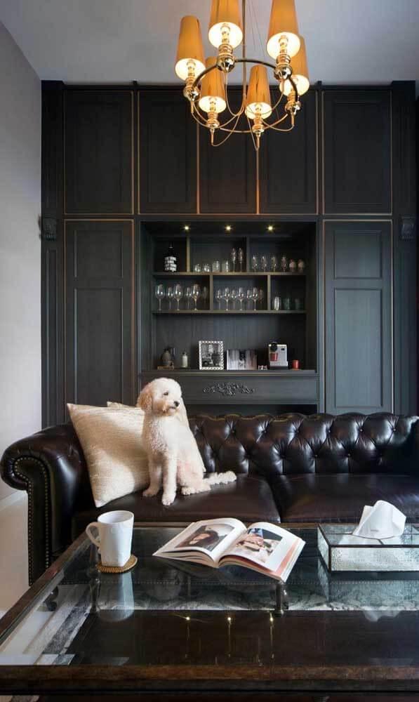 O sofá de couro é super prático