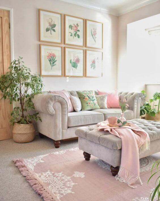 Sofá chesterfield off white com destalhes cor de rosa