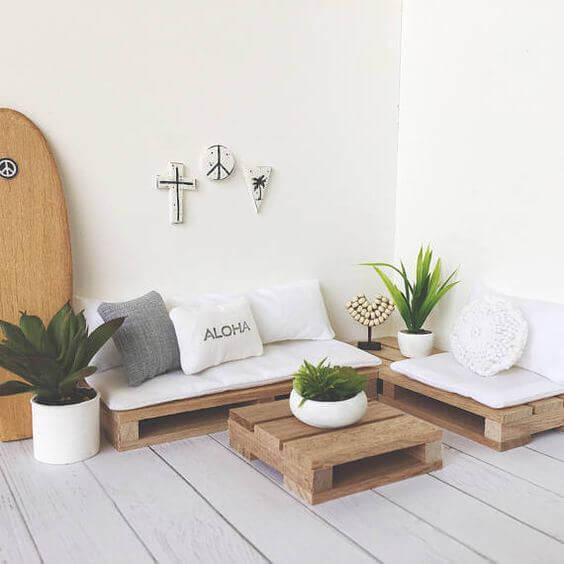 Sofá de palete branco com vasos de plantas