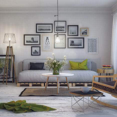 Sofá de palete cinza na sala de estar moderna