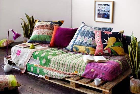 Sofá de palete feito com tecido colorido e estampado