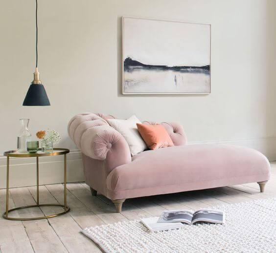 Sofá divã rosa com mesa lateral e pendente