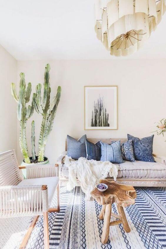 Sala neutra com tapete e almofada azul