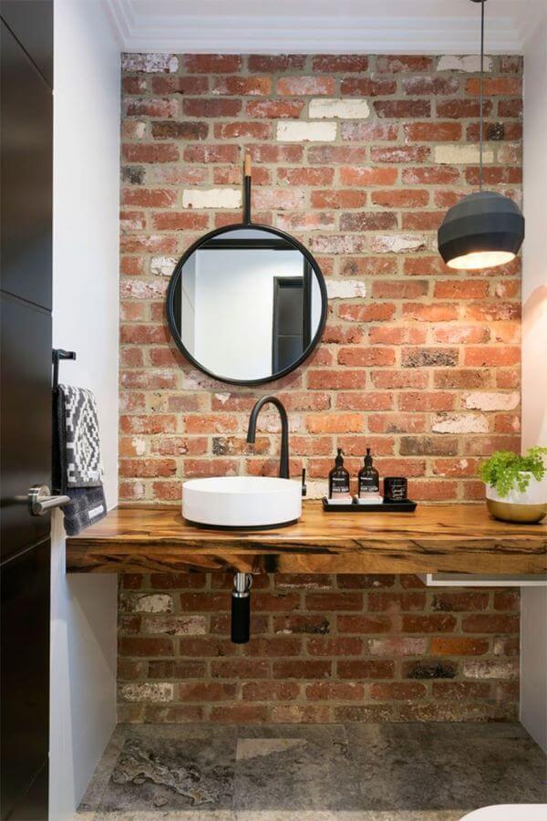 Banheiro com revestimento de tijolinho a vista