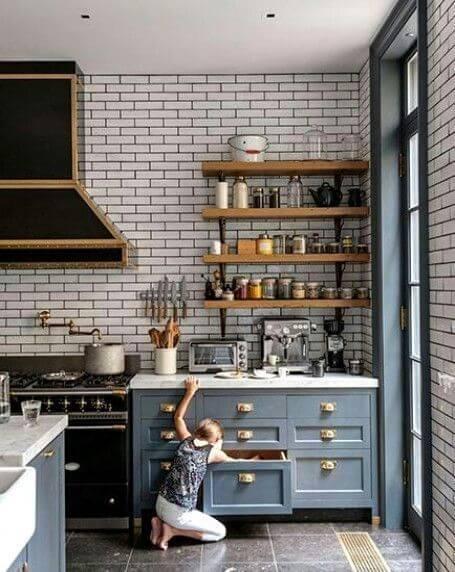 Tijolinho branco a vista na cozinha moderna com armários azuis