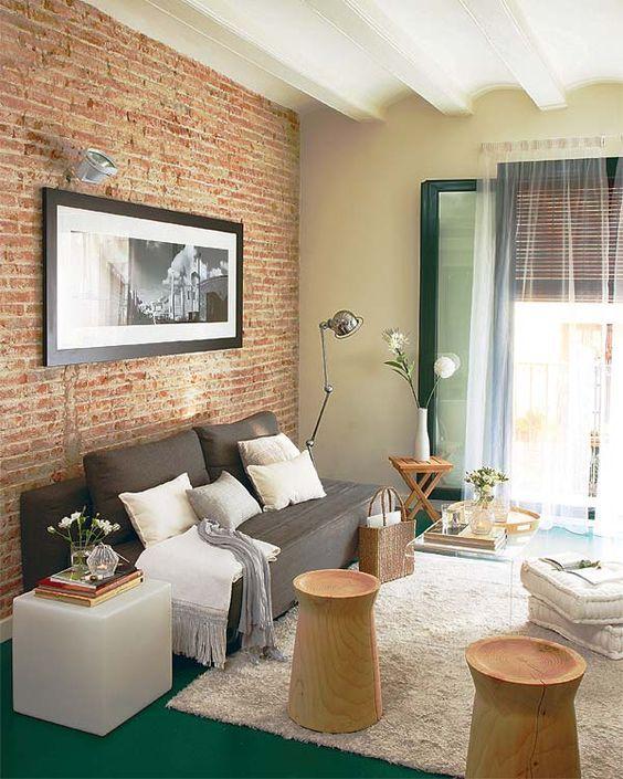 Tijolinho a vista com sofá cinza