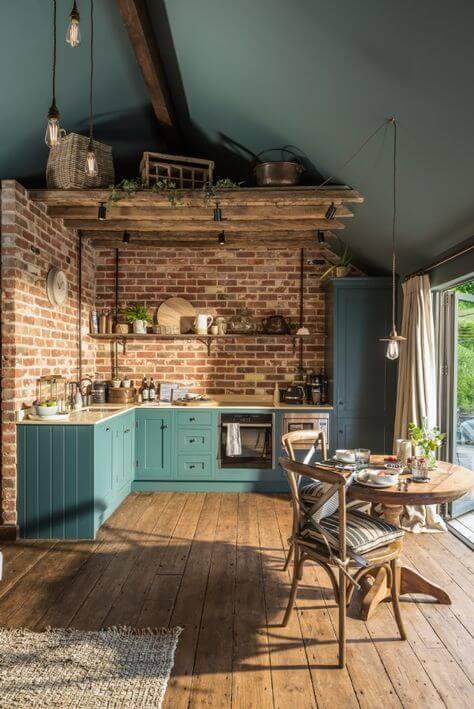 Tijolinho a vista na cozinha com armários azuis