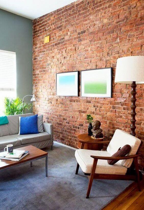 Sala de estar com parede de tijolinho a vista