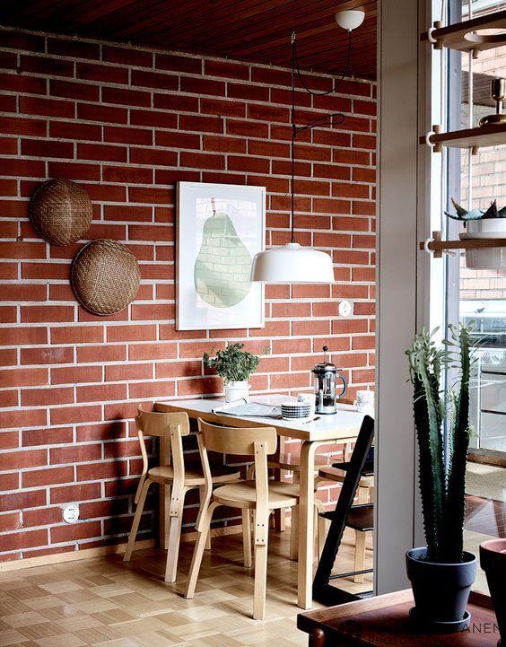 Tijolinho a vista na sala de jantar rustica com mesa de jantar de madeira