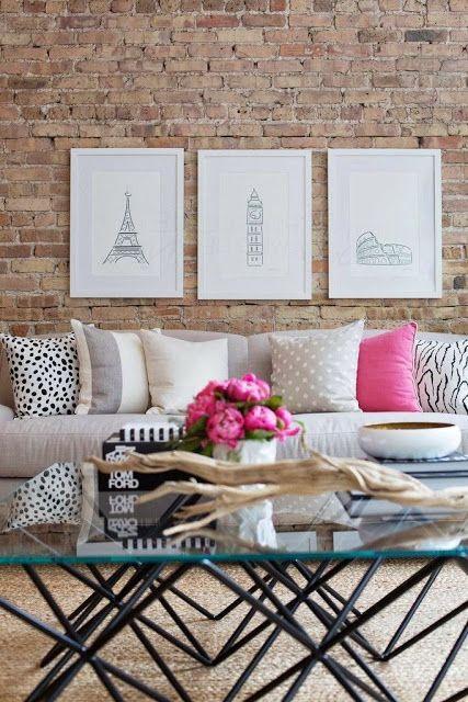Sala de estar com tijolinho a vista e sofá branco