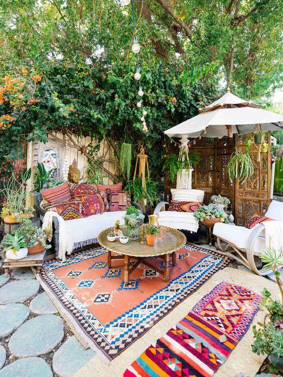 Varanda com decoração árabe e tapetes estampadas