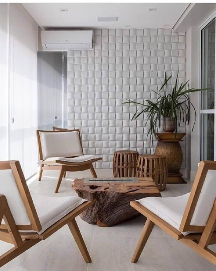 varanda decorada com revestimento 3d e poltronas decorativas de madeira Foto Revestindo a Casa