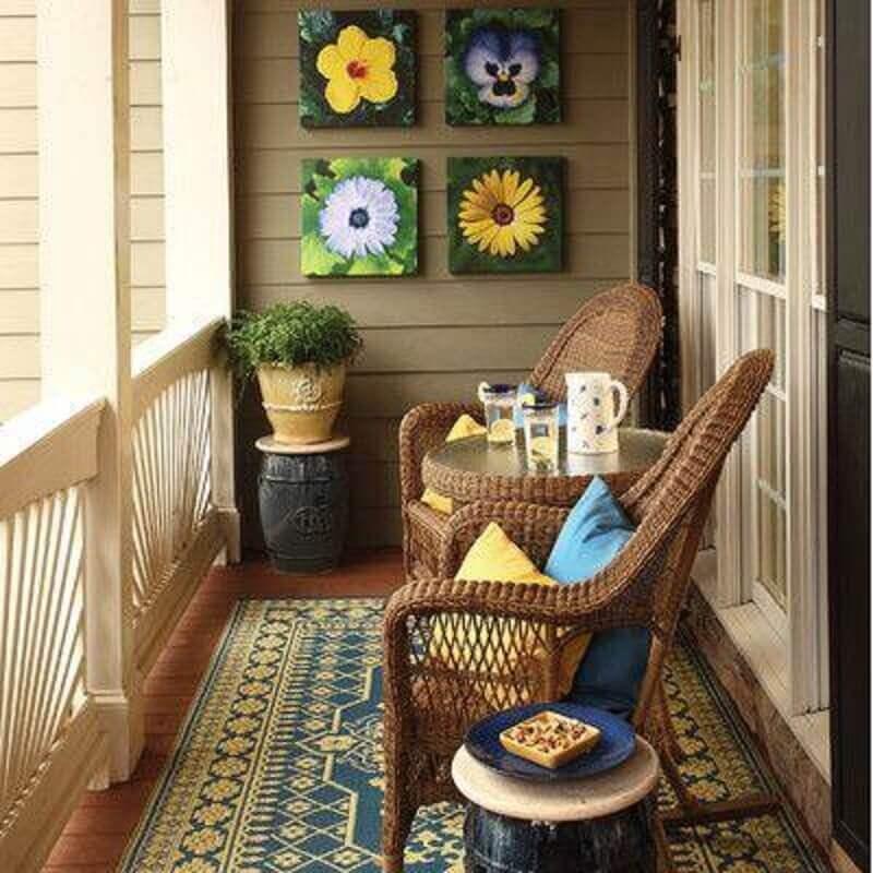 varanda pequena decorada com poltronas decorativas de vime Foto Yandex