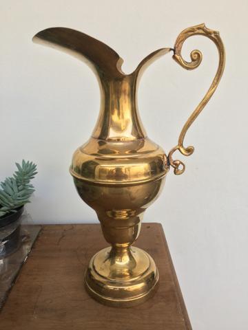 anfora de metal estilo jarra