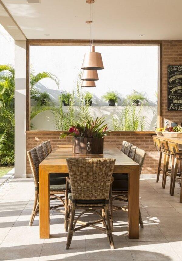 Área gourmet rústica com cadeiras de fibra natura