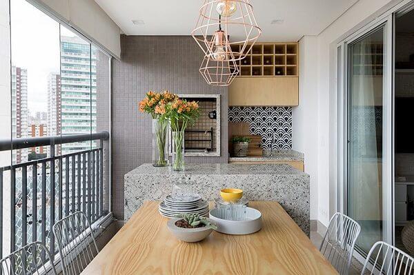 Área gourmet rústica com churrasqueira e pendentes em cobre